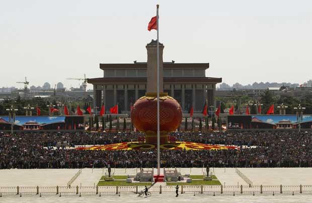 China, Pequim, 1.10.2011 | Na praça Tiananmen, turistas em redor da gigante lanterna vermelha que integra as comemorações do Dia Nacional da China.