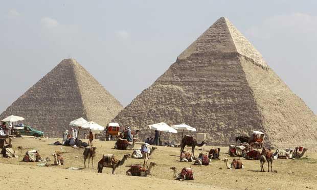 Egipto, Giza, 3.10.2011 | À espera dos turistas nas pirâmides do Planalto de Giza, perto do Cairo. Após uma temporada política de mudança histórica, a indústria turística recupera lentamente.