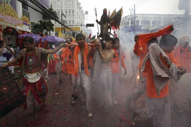Tailândia, Phuket, 3.10.2011 | O festival vegetariano de Phuket é pródigo em imagens fortíssimas em que devotos de Jui Tui furam o seu próprio corpo com os mais diversos objectos ou caminham por entre fogos-de-artifício. Este é um dos momentos menos sangrentos e dolorosos da procissão, tradição da comunidade chinesa.