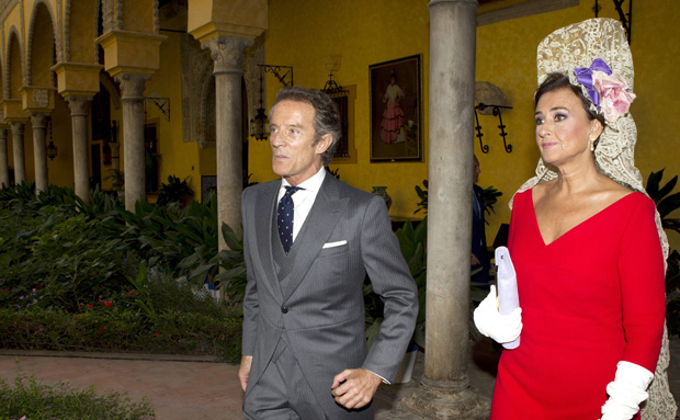 O noivo, Alfonso Díez, chega acompanhado pela madrinha de casamento, Carmen Tello, ao palácio Las Dueñas, em Sevilha, onde foia cerimónia