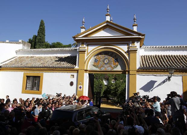 A multidão de anónimos e de jornalistas que esperava fora do palácio de Las Dueñas, em Sevilha, por uma oportunidade de ver os noivos