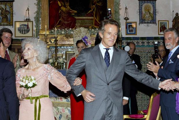 Já casados, os duques de Alba abandonam o altar