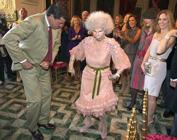A duquesa de Alba dança flamenco com o filho, Cayetano Martinez de Irujo, depois da cerimónia