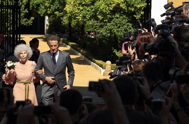 Muitos jornalistas e fotógrafos aguardavamfora do palácio de Las Dueñas
