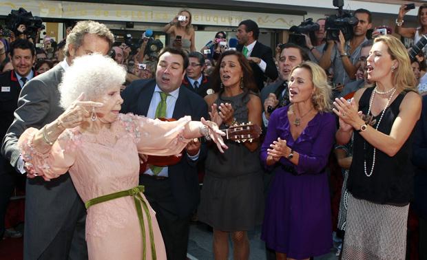 A duquesa de Alba a exibir os dotes de flamenco no auge dos seus 85 anos