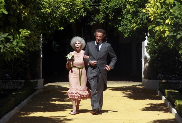 Os recém-casados encaminham-se para a entrada do palácio para saudar a multidão