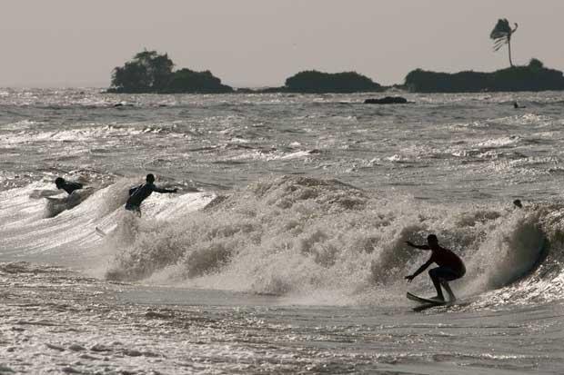 Brazil, Amazonas, 06.10.2011 | Surfistas nas ondas da Marajo Bay, perto da foz do Amazonas. A influência das marés do Atlântico podem produzir ondas até três metros segundo surfistas da ilha do Mosqueiro.