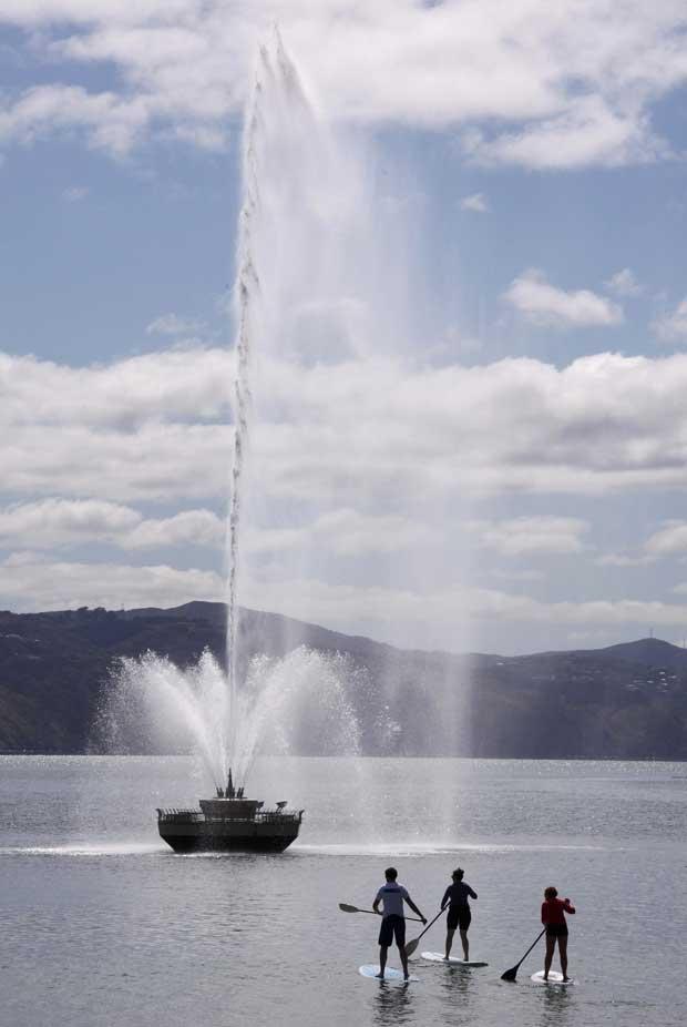 Nova Zelândia, 9.10.2011 | Em pé e a remar perto da fonte Carter, na Oriental Bay de Wellington.