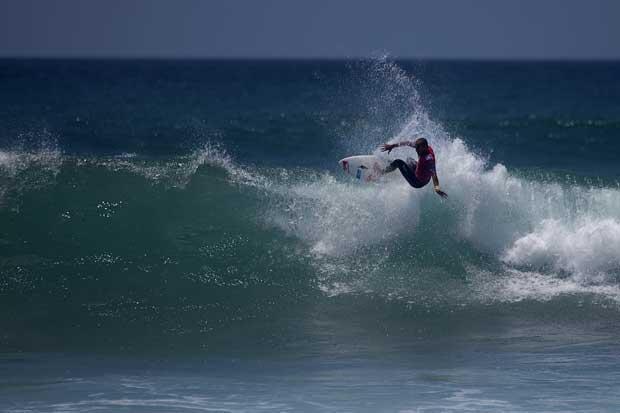 Uma eliminatória do campeonato Quiksilver Pro em Ribeira d'Ilhas. Manobra de Tiago Pires (Saca).
