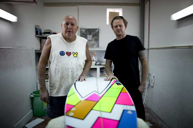 Luke, shaper de pranchas de surf, e o pai, donos e fábrica de pranchas.