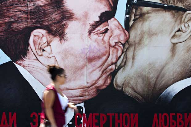 O beijo (Honecker e Brezhnev), East Side Gallery