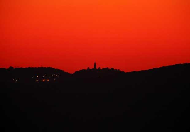 Croácia, 15.10.2011 | Sol-posto, o vermelho pinta o céu da velha Labin, na Istria.