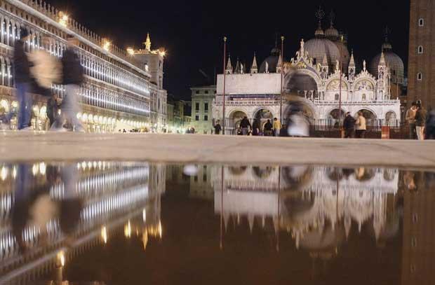 Itália, Veneza, 20.10.2011 | A igreja de São Marcos, reflectida numa poça, na praça homónima.