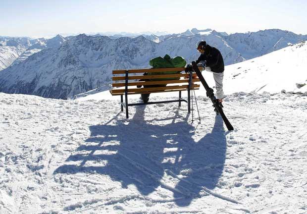 Ai vem a neve: Um casal aproveita o sol no topo gelado do glaciar Rettenbach, na estância de esqui de Soelden, no Tirol.