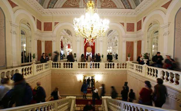 Antes da reabertura, visitantes admiram o renovado foyer. 24 de Outubro de 2011.