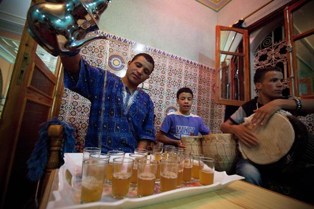 O belo chá marroquino, arejando-se.