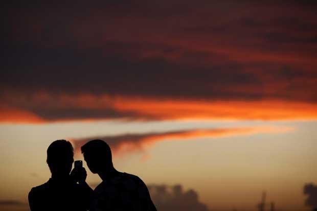 Malta, 26.20.2011 | Turistas fotografados enquanto fotogravam um esplendoroso pôr-do-sol em Silema.