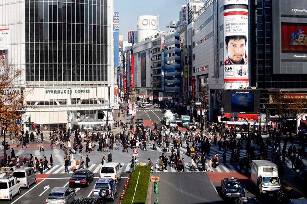 """Uma das imagens de marca de Tóquio, em frente à estação de Shibuya, onde podemos ver a maior e mais movimentada encruzilhada de passadeiras da cidade. Ao sábado à tarde, sente-se como a mais movimentada passadeira do mundo. Shibuya é também um dos 23 bairros especiais de Tóquio , um dos mais """"fashion"""" da cidade e frequentado essencialmente por jovens."""