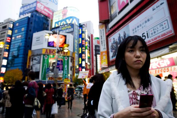 Shinjuku é outro dos 23 bairros especiais de Tóquio. Distrito financeiro e comercial, possui a estação de metro mais movimentada do mundo. É o sítio para observar os maiores néons da cidade, uma zona de arranha-céus onde é impossível caminhar sozinho...