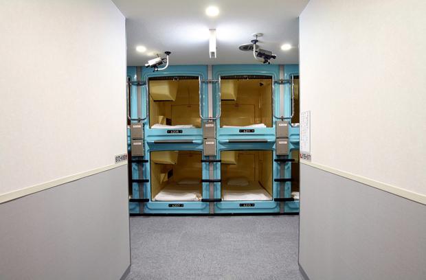 Os hotéis cápsula são a solução mais económica para dormir em Tóquio, por cerca de 20/30€ por noite. É também uma alternativa para os frequentadores da noite de Tóquio que assim não têm de voltar embriagados para casa. Aqui tudo se compra, a toalha, o champô, a escova de dentes. Há máquinas para tudo…