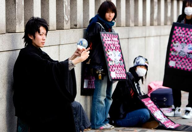 """Harajuku é o nome popular para a área ao redor da Estação Harajuku, na Linha Yamanote do bairro de Shibuya. É a outra zona """"fashion"""" e jovem da cidade. Ponto de encontro de adolescentes, é palco, especialmente ao domingo, da mais variada concentração de """"looks"""", de """"lolitas"""" góticas aos estilos mais surpreendentes."""