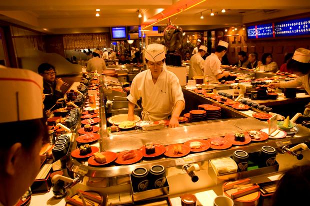 Restaurante de sushi, onde o cliente não paga o chá, uma oferta da casa.