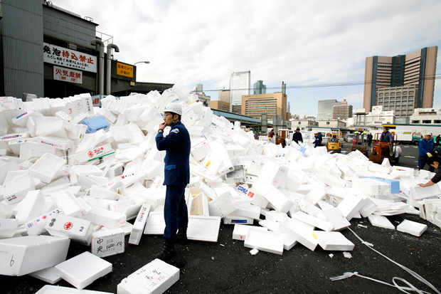 Exterior do mercado de Tsukiji, considerado o maior mercado de peixe do mundo e onde trabalham diariamente cerca de 65 mil pessoas. Aqui, tudo começa por volta das 5h da manhã com o leilão de atum.