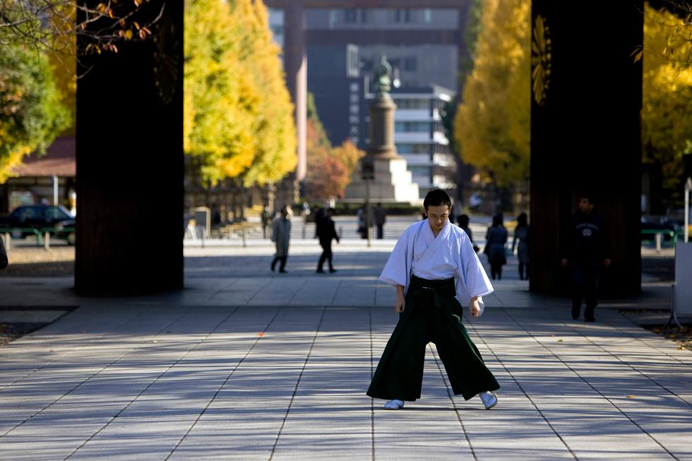 Momento zen à porta de entrada de um templo.
