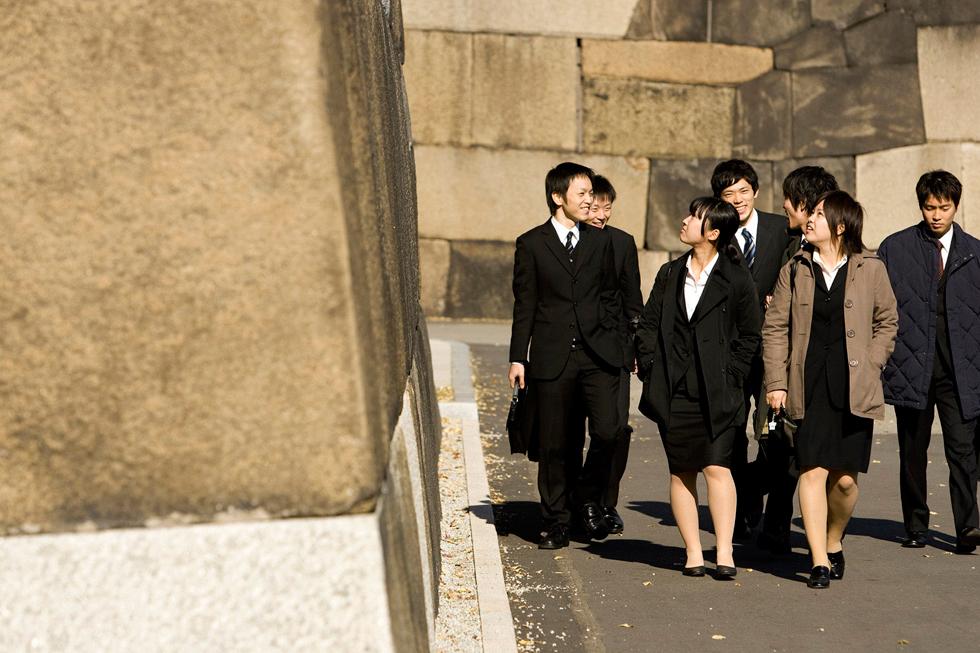 Estudantes japoneses junto ao Palácio Imperial.