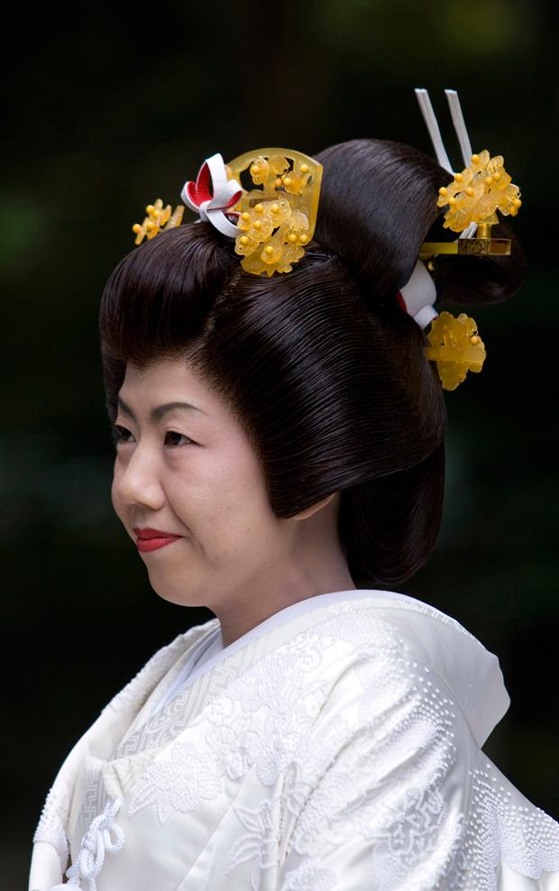 Noiva prepara-se para a sessão de casamento no templo Meiji, um dos mais importantes da cidade. Aos domingos são vários os casais que contraem matrimónio neste templo com toda a tradição e rigor ancestral japonês.