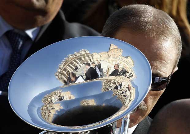 A Basílica de São Pedro reflectida na tuba de um músico durante a audiência geral concedida pelo Papa às quartas-feiras.