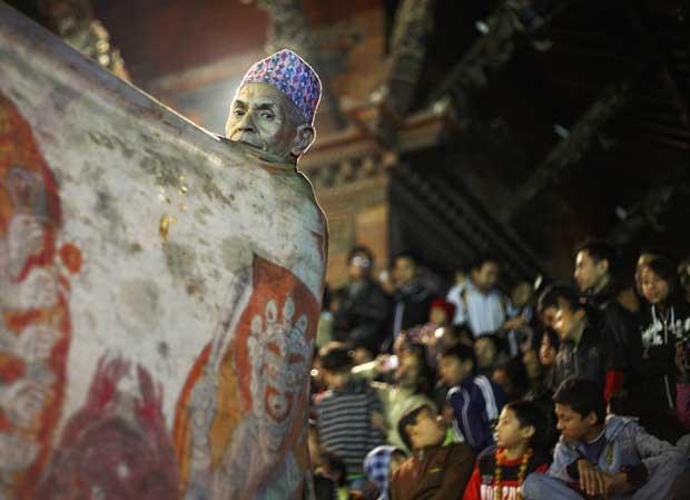 Nepal, 08.11.2011 | Em preparação para uma dança religiosa, a Narsingh Avatar, no último dia do festival tradicional de dança Kartic, em Lalitpur.
