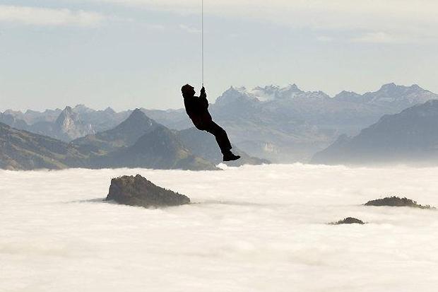 Suíça, 9.11.2011 | Entre o nevoeiro, um exercício de salvamento para preparar uma temporada de neve mais segura, no funicular do Monte Pilatos (2,128 m) em Lucerna.