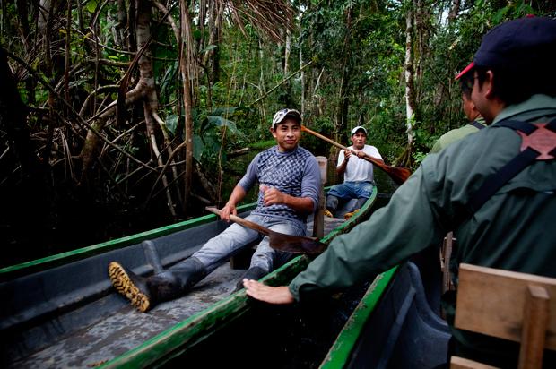 O rio é a via de comunicação que liga as várias comunidades da Amazónia; é onde as pessoas se cruzam e cumprimentam, quando as canoas se encontram.