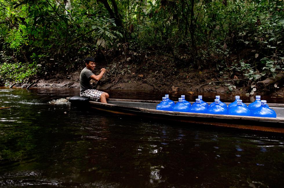 Conseguir água potável é um desafio – a do rio pode ser purificada e limpa, mas isso não é suficientemente bom para ser bebida. A água para beber tem de ser trazida de fora.