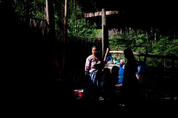 """As mulheres da comunidade Añangu organizaram-se para montar uma mostra da sua cultura para os turistas, enquanto os homens trabalham no """"resort"""" Napo Wildlife Center."""