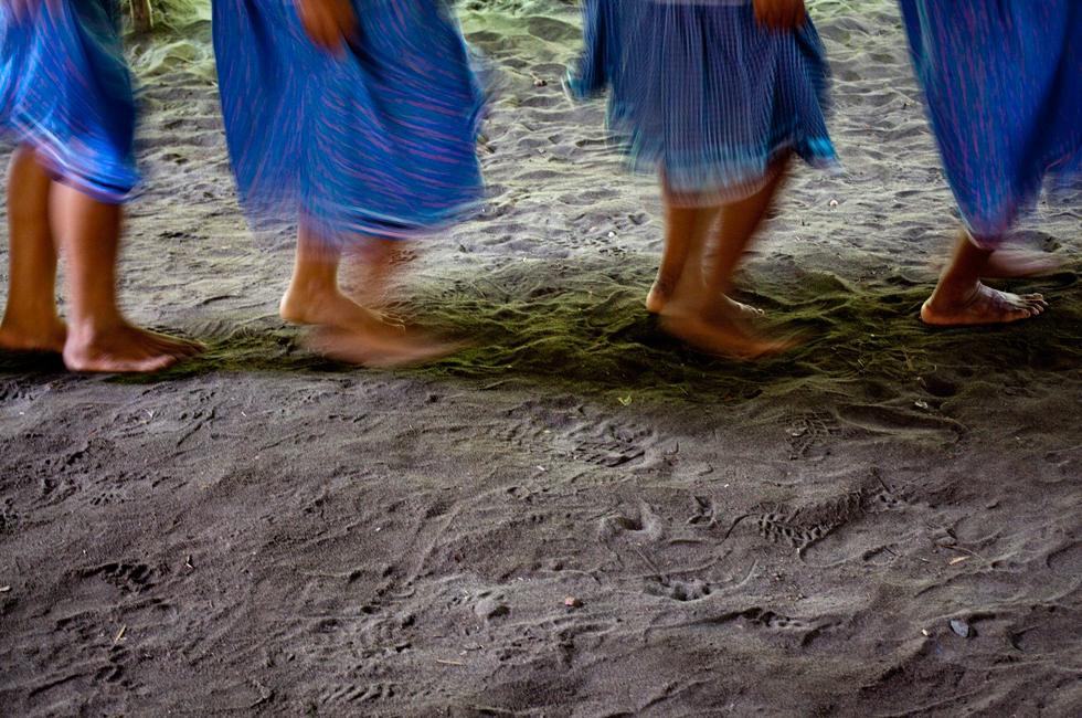 Uma dança delicada em grupo, com as mulheres de saias azuis e camisas rosa com flores pequeninas, serve para dar as boas-vindas aos turistas.