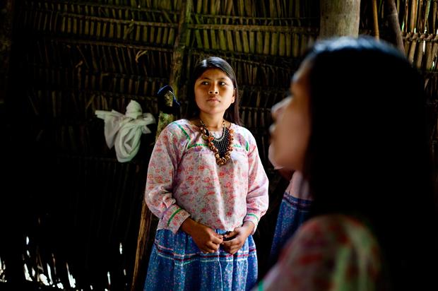 Olhos amendoados, cabelos lisos, muitos compridos e brilhantes, estatura pequena e robusta – assim são as mulheres kichwa, especialistas em fazer bijutaria da selva com sementes.