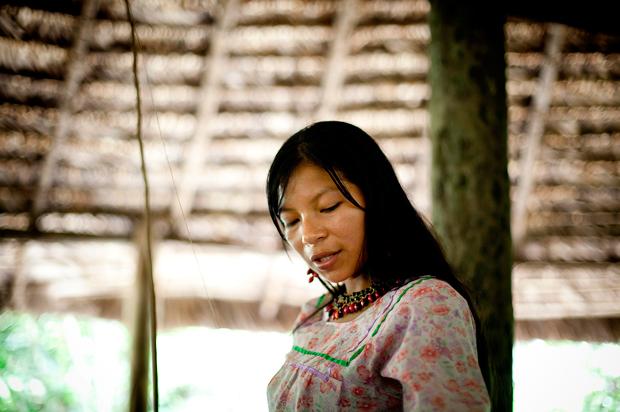 """Helena faz as honras da casa, mostra os instrumentos típicos da cozinha kichwa e como usá-los dentro da """"maloca"""" (casa tradicional), à volta do fogo tradicional."""