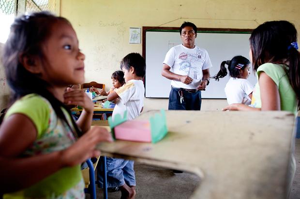 Na comunidade Añangu, as crianças estudam em escolas pagas pelo lucro do hotel Napo Wildlife Center. Neste dia, estavam a fazer uma cama de contos de fadas em cartolina.