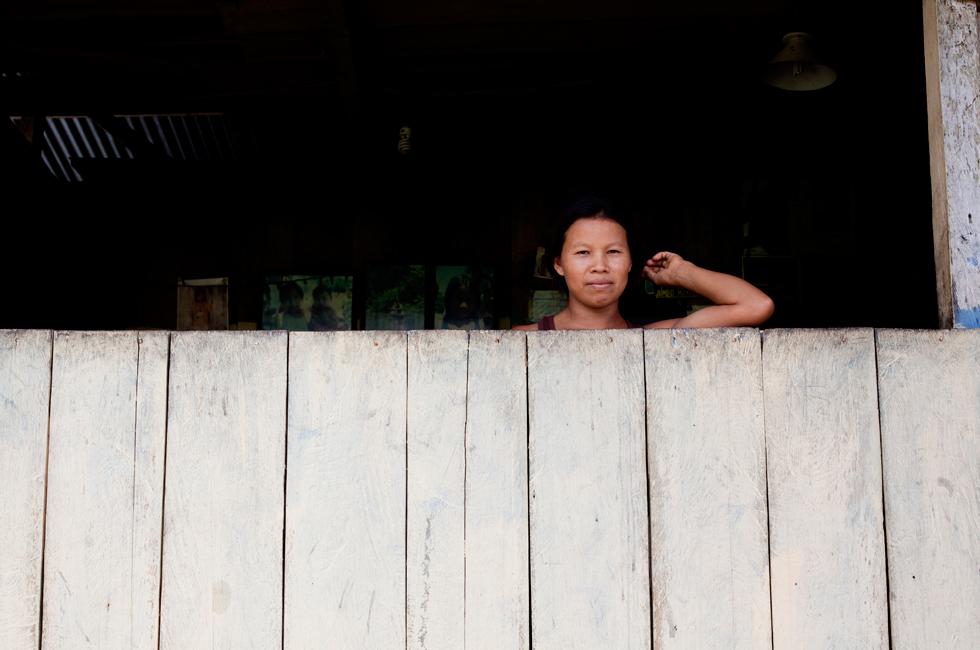 """Há 32 casas na comunidade Añangu. As pessoas não caçam, fazem agricultura só para consumo da família. As mulheres cultivam """"yuca"""" (mandioca) e cuidam desta raiz dura para a transformar num elemento básico da sua alimentação – e também para fazer chicha, uma bebida fermentada. Já não são as mulheres que a mastigam para fermentar, agora usa-se uma levedura."""