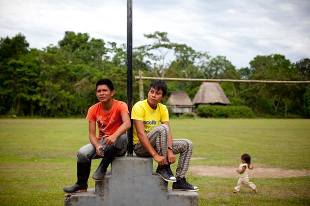 A praça central da comunidade Añangu é um relvado que se transforma em campo de futebol no intervalo das aulas. Para ali vêm jovens de várias outras comunidades das redondezas, que ficam alojados em casas comunitárias. Há 102 jovens a estudar.