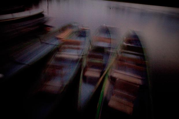 É de canoa a remos que se descobre a Amazónia, se corre pelas suas veias.