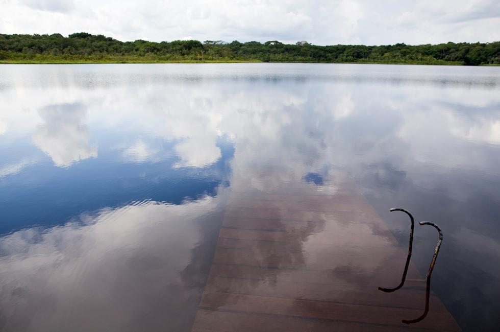 Cais dos sonhos? É o cais da partida das viagens de canoa no Napo Wildlife Center, numa manhã com nuvens e maré cheia.