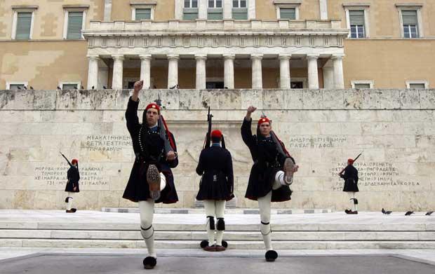 Grécia, Atenas, 11.11.2011 | Entre crises e nova governação, o momento de mudança de guarda presidencial, à frente do Parlamento.