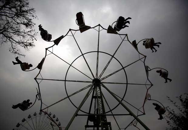 Nepal, 12.11.2011 | Diversão garantida na roda do parque de diversões Ramailo Mela, em Kathmandu.