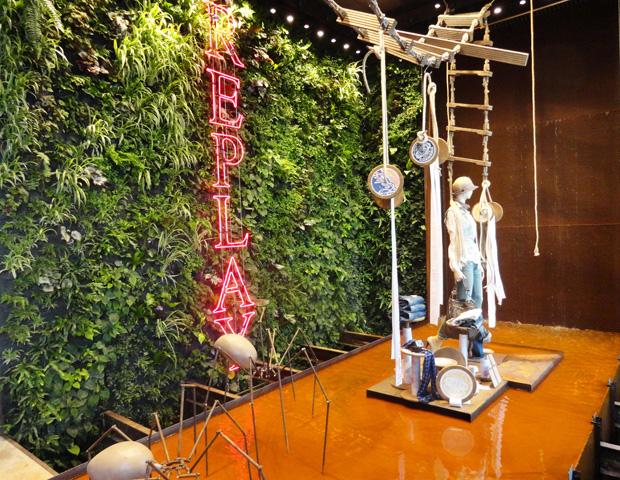 A entrada da loja, decorada com um jardim vertical e uma fonte de água