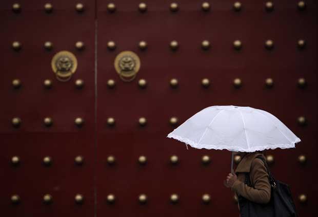 China, Pequim, 17.11.2011 | Um passeio à chuva na China.