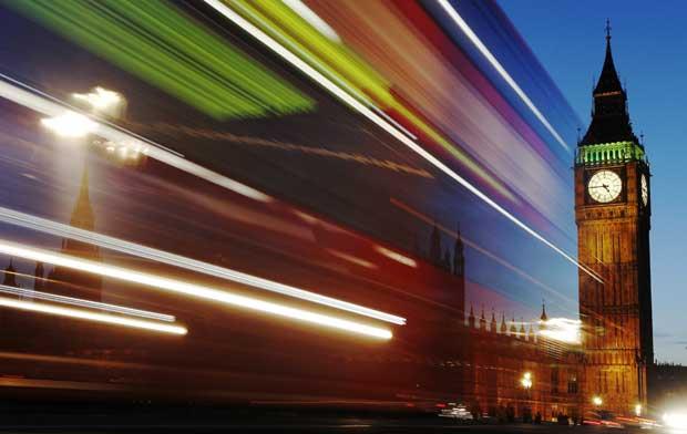 Reino Unido, Londres, 17.11.2011 | Efeitos luminosos: a solidez centenária do Big Ben vs. a velocidade luminosa da passagem de um autocarro.