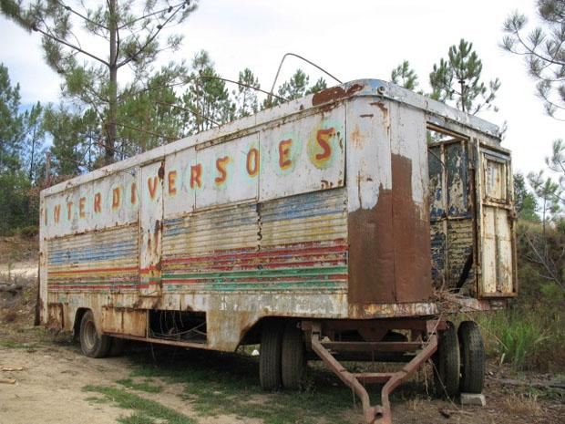Uma caravana de diversões abandonada em Picha, na região do Pinhal Interior.